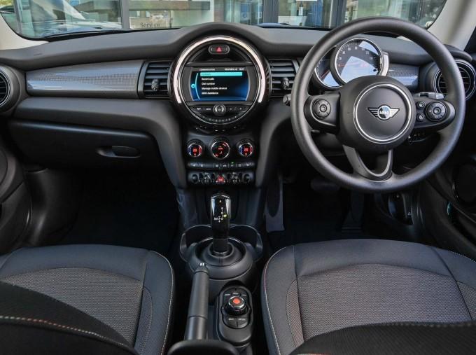 2020 MINI 3-door Cooper Classic (Green) - Image: 4
