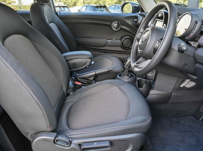 2020 MINI 3-door Cooper Classic (Green) - Image: 17
