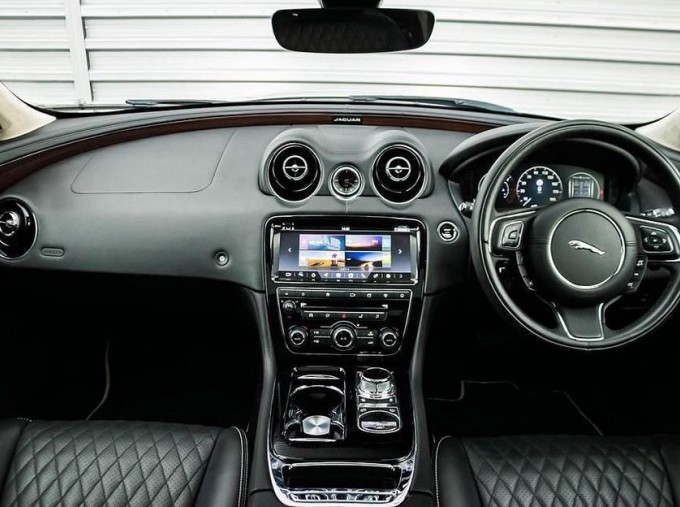 2017 Jaguar V6 Portfolio Auto 4-door (Grey) - Image: 9