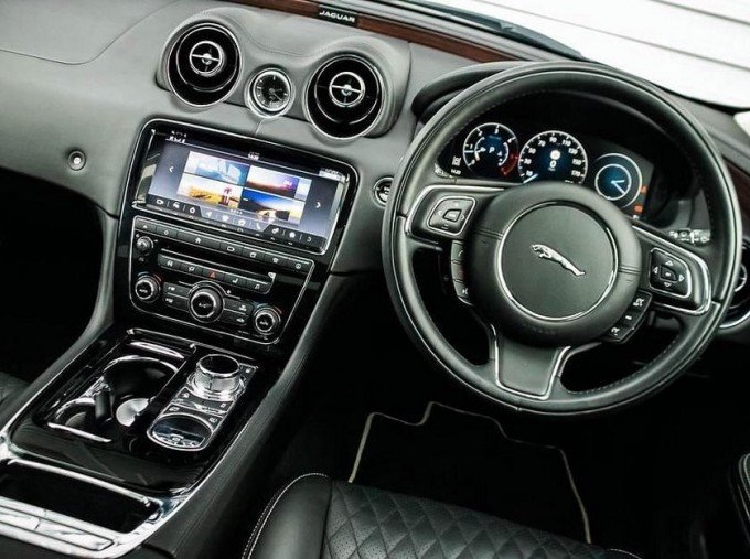 2017 Jaguar V6 Portfolio Auto 4-door (Grey) - Image: 10