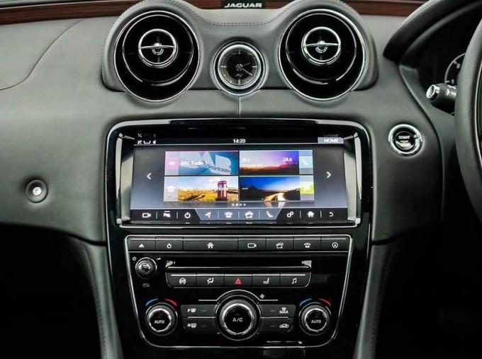 2017 Jaguar V6 Portfolio Auto 4-door (Grey) - Image: 11