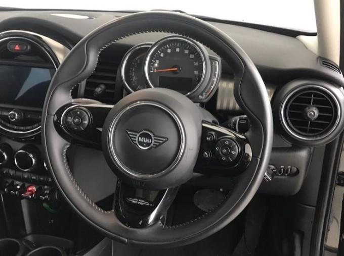 2020 MINI 5-door Cooper Exclusive (Black) - Image: 8