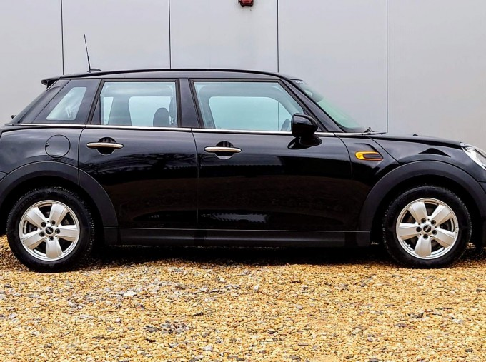 2017 MINI 5-door One (Black) - Image: 3