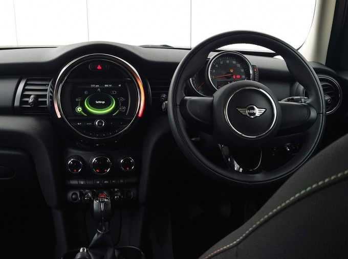 2017 MINI 5-door One (Black) - Image: 8