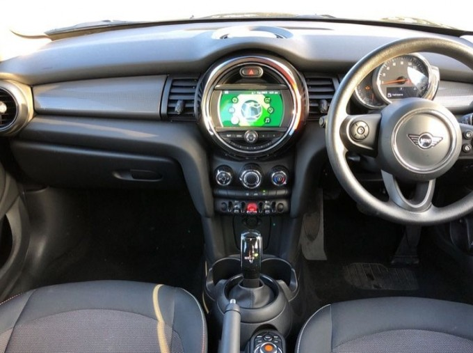 2019 MINI 5-door Cooper Classic (Black) - Image: 4