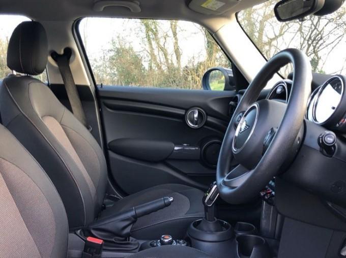 2019 MINI 5-door Cooper Classic (Black) - Image: 11