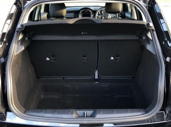 2019 MINI 5-door Cooper Classic (Black) - Image: 13
