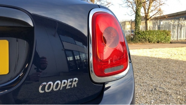 2017 MINI 5-door Cooper Seven Edition (Blue) - Image: 22