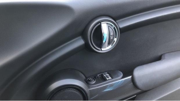 2017 MINI Cooper 3-door Hatch (Blue) - Image: 20