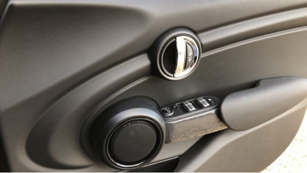 2020 MINI 5-door One Classic (Black) - Image: 20