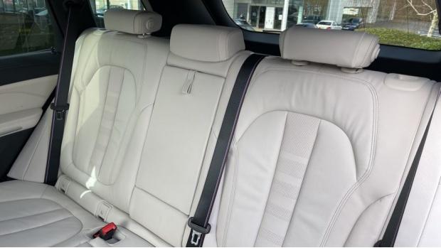 2021 BMW XDrive30d M Sport  - Image: 12