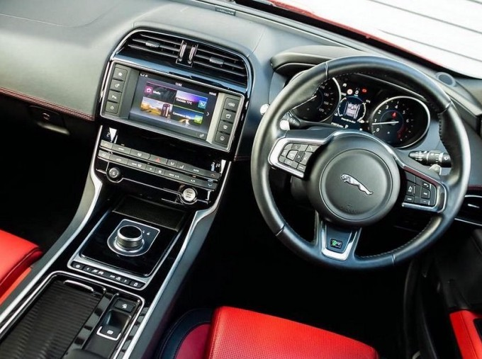2018 Jaguar 2.0i R-Sport Auto 4-door (Red) - Image: 10