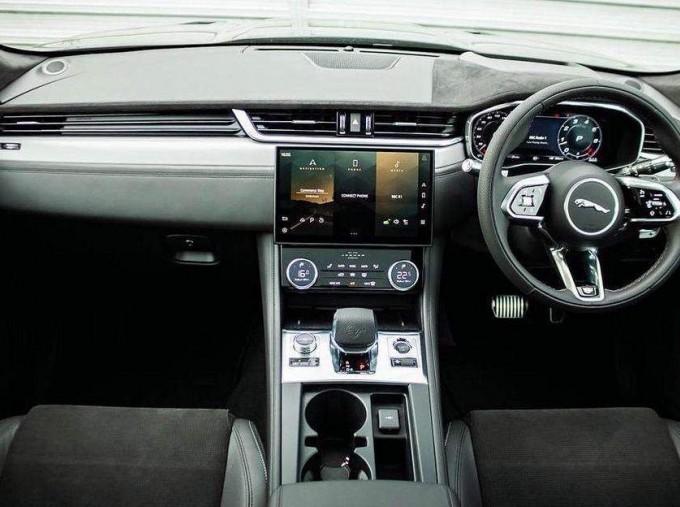2021 Jaguar V8 SVR Quickshift 5-door (Black) - Image: 9
