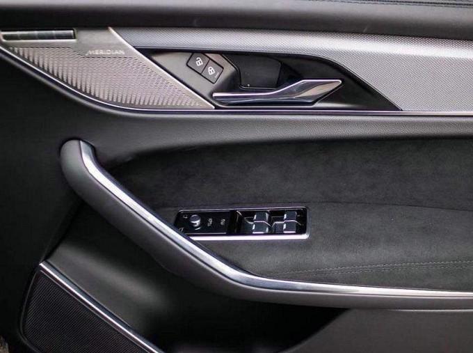 2021 Jaguar V8 SVR Quickshift 5-door (Black) - Image: 13