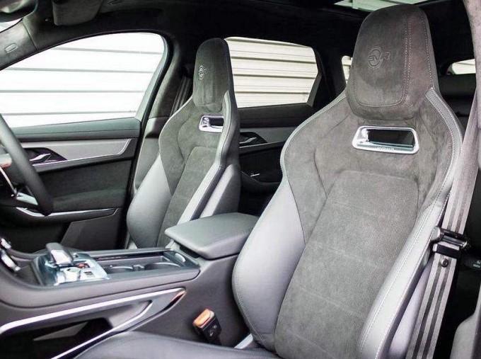 2021 Jaguar V8 SVR Quickshift 5-door (Black) - Image: 15