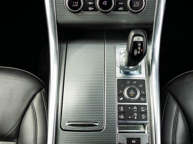 2017 Land Rover SD V8 Autobiography Dynamic CommandShift 2 5-door (Red) - Image: 12