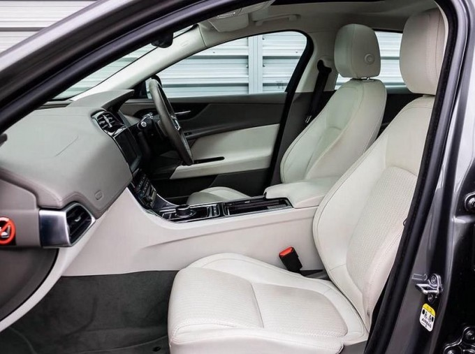 2018 Jaguar 2.0i GPF Portfolio Auto 4-door (Grey) - Image: 3