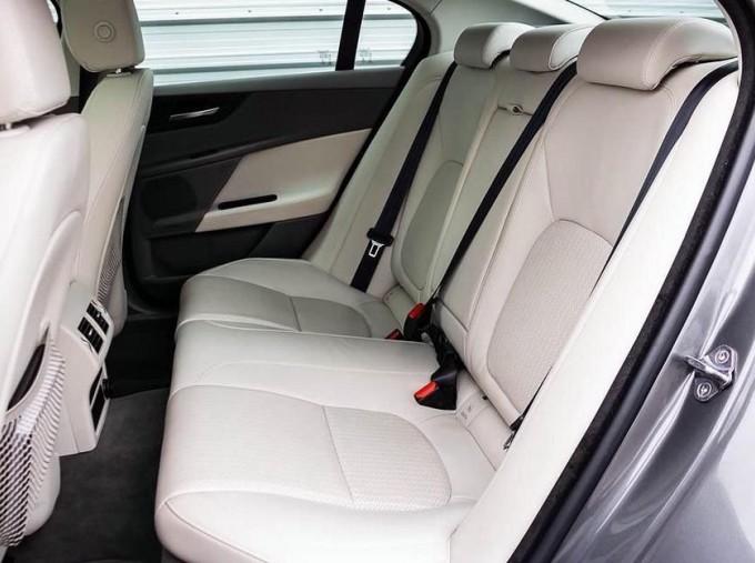 2018 Jaguar 2.0i GPF Portfolio Auto 4-door (Grey) - Image: 4