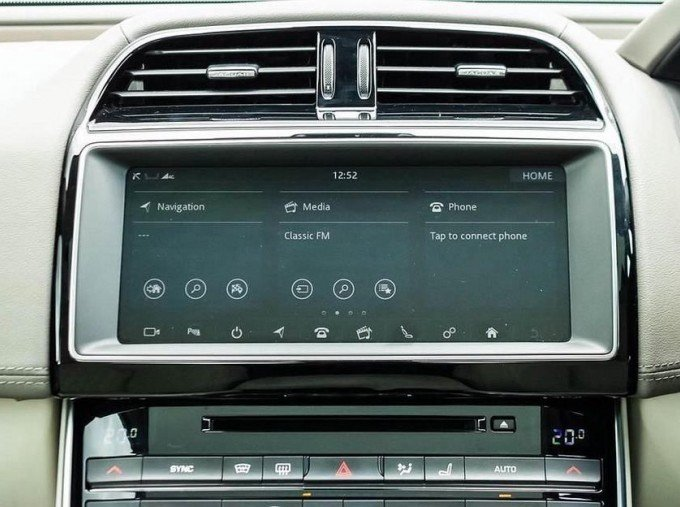 2018 Jaguar 2.0i GPF Portfolio Auto 4-door (Grey) - Image: 11