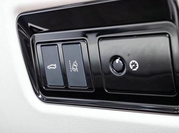 2018 Jaguar 2.0i GPF Portfolio Auto 4-door (Grey) - Image: 19