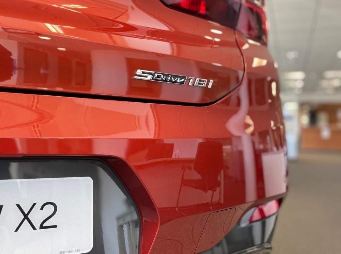 2021 BMW 18i M Sport DCT sDrive 5-door (Orange) - Image: 4