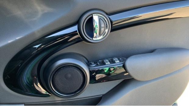 2020 MINI 5-door Cooper S Sport (Green) - Image: 20