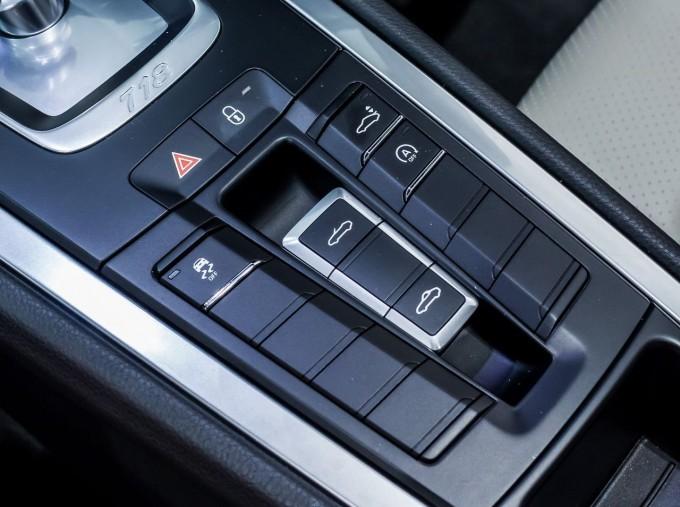 2018 Porsche PDK 2-door (Black) - Image: 15