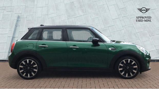 2020 MINI 5-door Cooper Exclusive (Green) - Image: 3