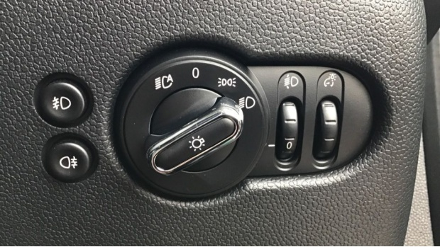 2020 MINI 5-door Cooper Exclusive (Green) - Image: 23