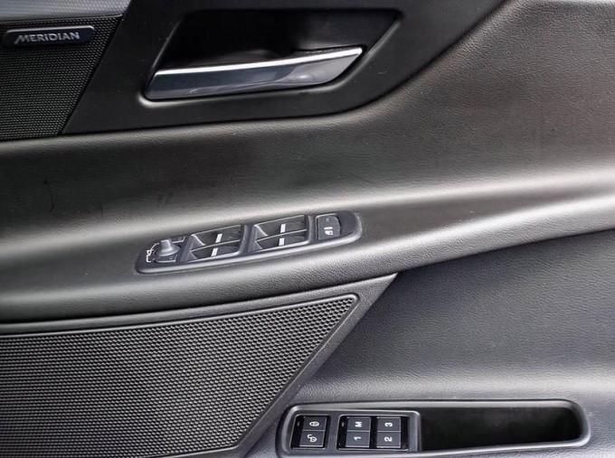 2017 Jaguar R-Sport Auto 4-door (Black) - Image: 17