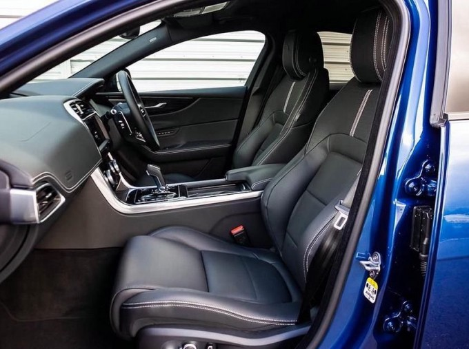2021 Jaguar MHEV R-Dynamic HSE Auto 4-door  - Image: 3