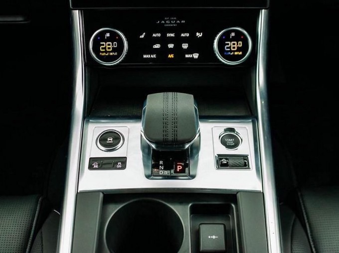 2020 Jaguar 2.0i R-Dynamic SE Auto 4-door (Black) - Image: 12