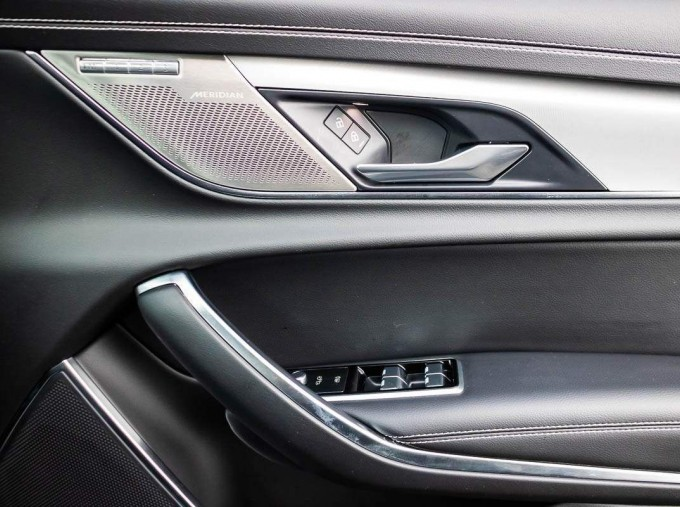 2020 Jaguar 2.0i R-Dynamic SE Auto 4-door (Black) - Image: 28