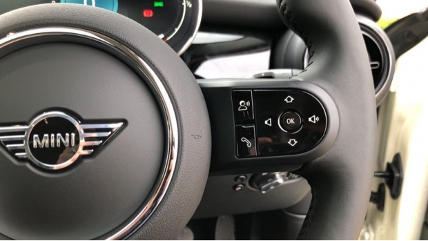 2021 MINI 5-door Cooper Classic (White) - Image: 18