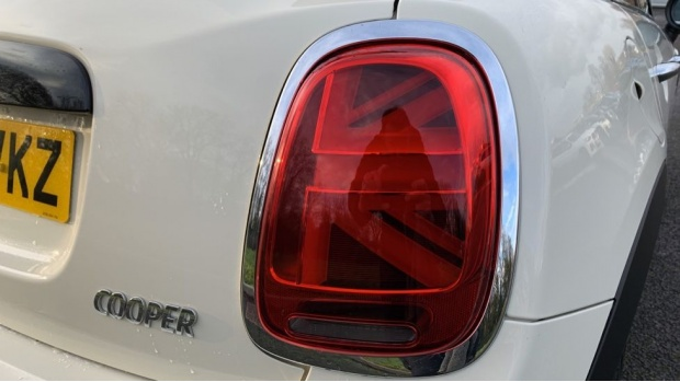 2020 MINI 5-door Cooper Sport (White) - Image: 21