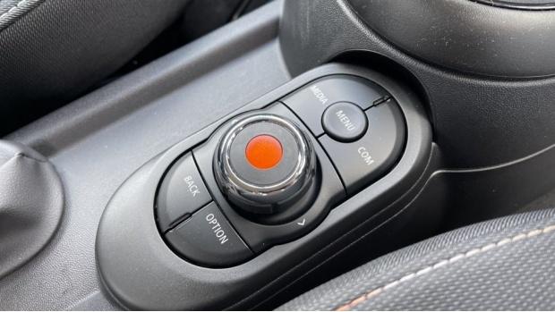 2021 MINI 3-door One Classic (Black) - Image: 19