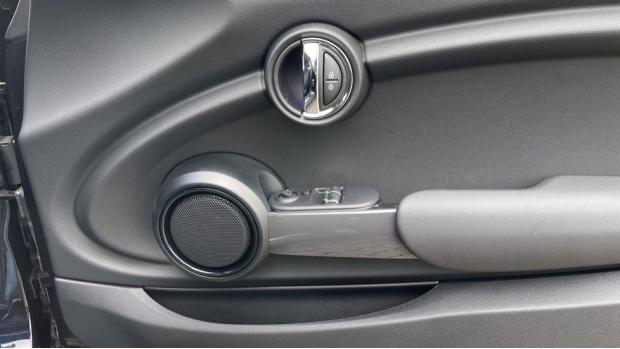 2021 MINI 3-door One Classic (Black) - Image: 20