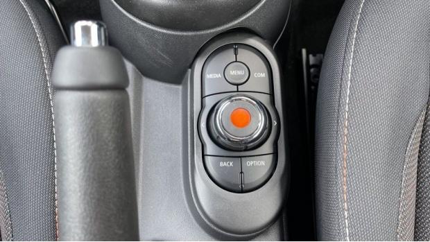 2021 MINI 3-door One Classic (Black) - Image: 33