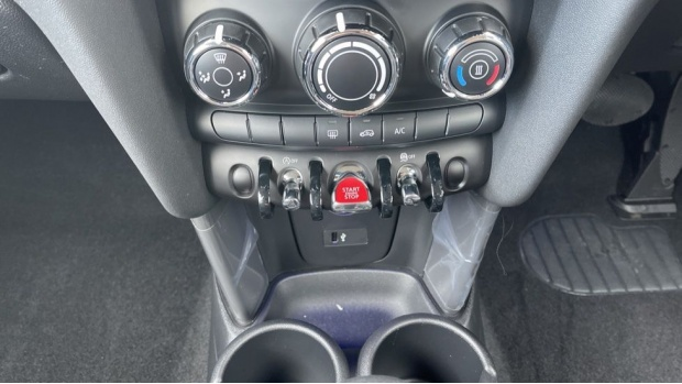 2021 MINI 3-door One Classic (Black) - Image: 34
