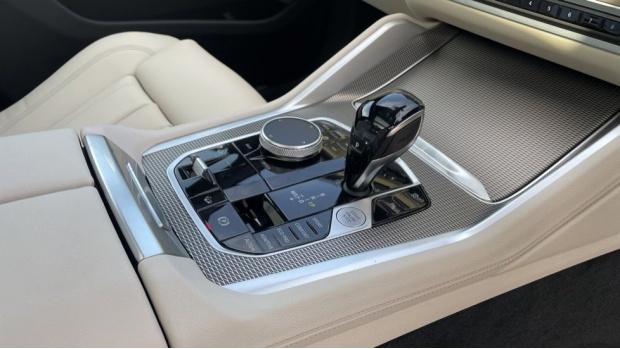 2021 BMW XDrive40d M Sport (Black) - Image: 10