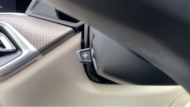 2021 BMW XDrive40d M Sport (Black) - Image: 28