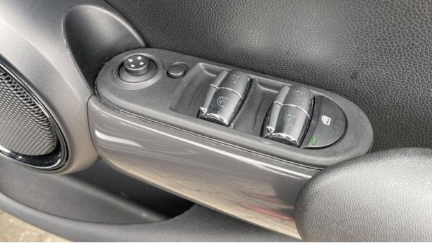 2019 MINI 5-door One Classic (Black) - Image: 23