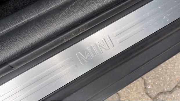 2019 MINI 5-door One Classic (Black) - Image: 24