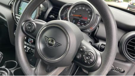 2019 MINI 5-door One Classic (Black) - Image: 27
