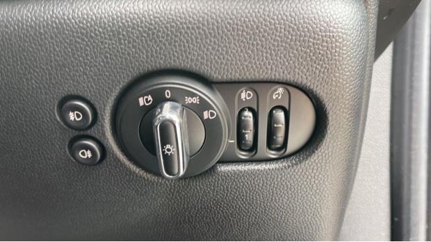 2019 MINI 5-door One Classic (Black) - Image: 28