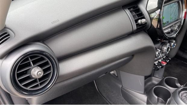 2019 MINI 5-door One Classic (Black) - Image: 29