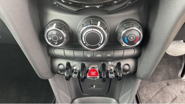 2019 MINI 5-door One Classic (Black) - Image: 37