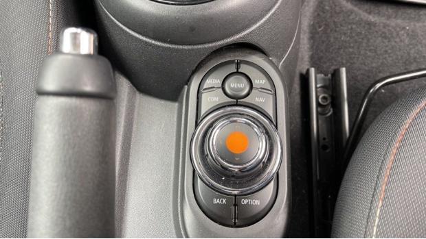 2019 MINI 5-door One Classic (Black) - Image: 39